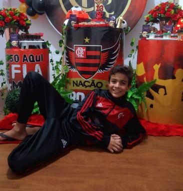 Ator mirim celebra seus 13 anos com festa temática do Flamengo